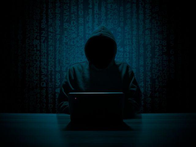 Hacker que realiza ataques de phishing